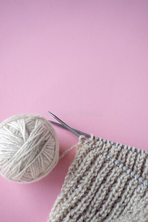 球毛线和编织在桌上 免版税库存照片