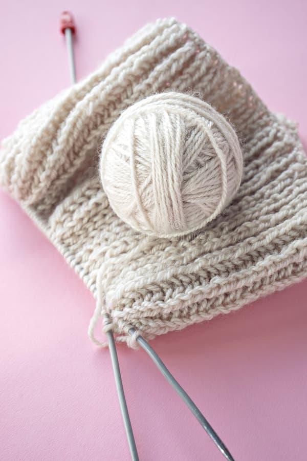 球毛线和编织在桌上 库存照片