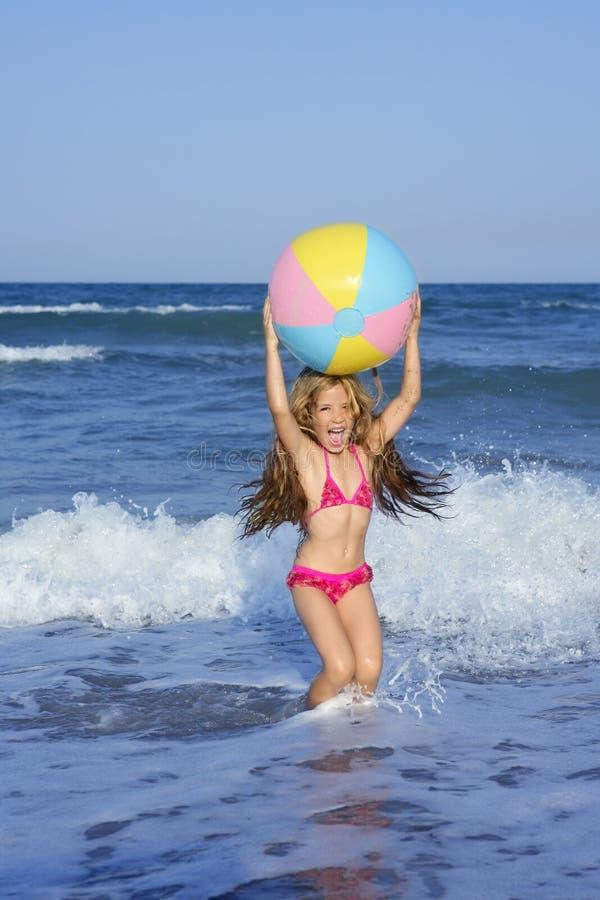 球海滩五颜六色的女孩少许假期 图库摄影
