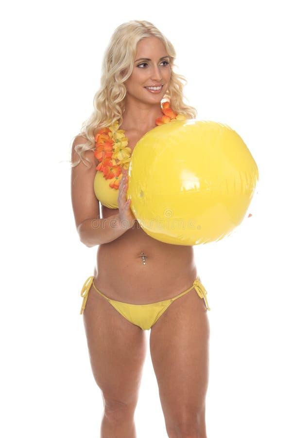 球海滩比基尼泳装白肤金发的黄色 免版税库存图片