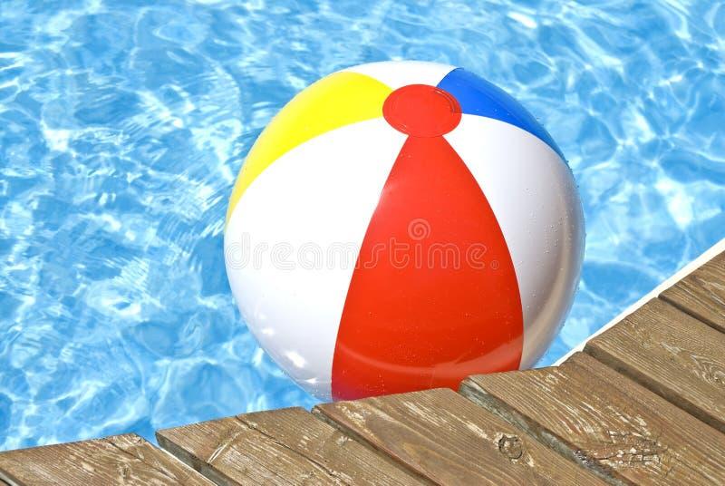 球海滩浮动的池 免版税库存照片