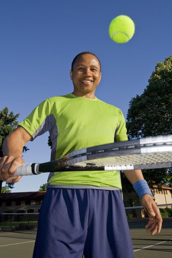球演奏网球垂直的现场人 免版税库存图片