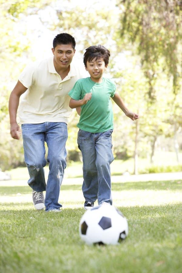 球父亲公园足球儿子 库存图片