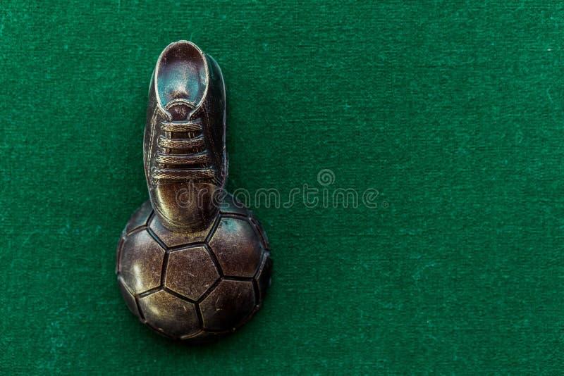 球特写镜头概念穿上鞋子足球体育运动 橄榄球,与老足球磁夹板的足球 免版税图库摄影