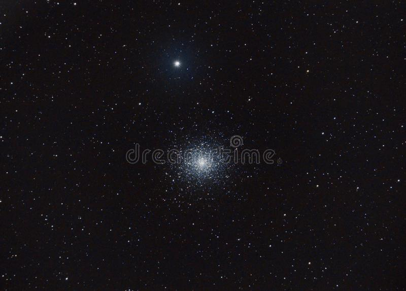 球状星团更加杂乱5,通过我的非职业望远镜,在我的后院外面 库存图片