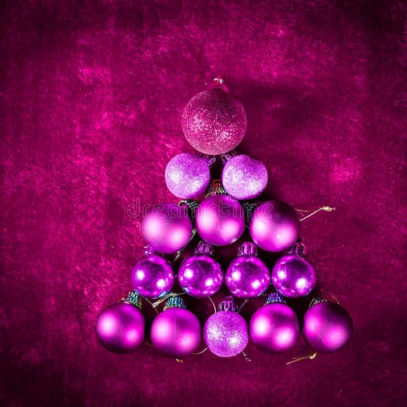球球桃红色圣诞节中看不中用的物品树与额外闪烁的 库存图片