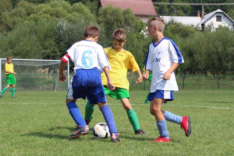 球的年轻足球孩子滑车 库存图片