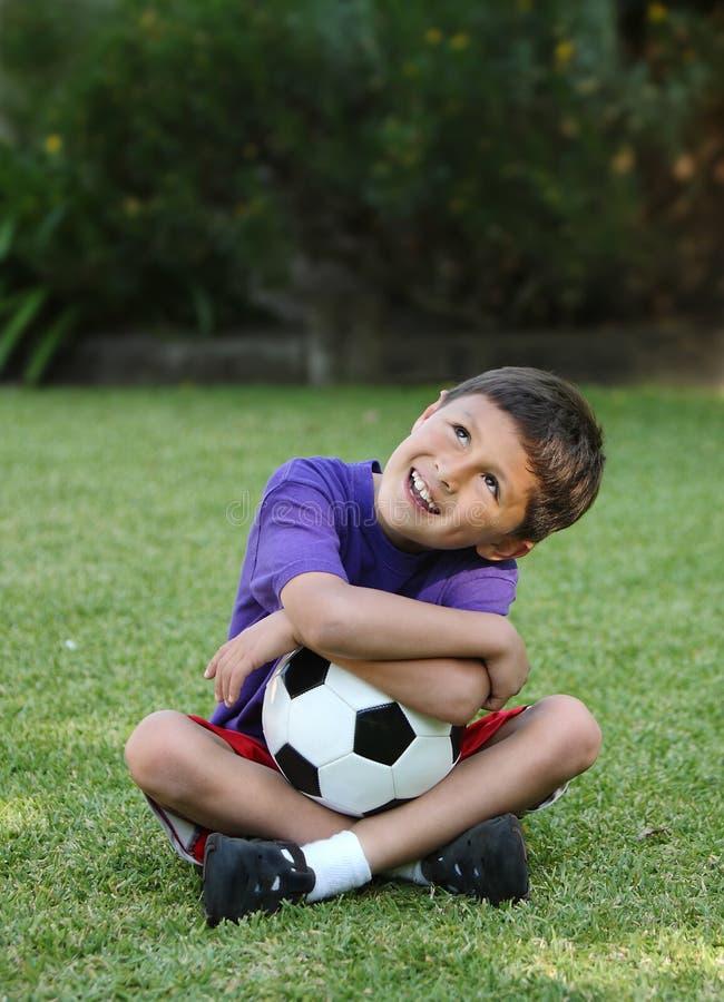 球童愉快的西班牙足球年轻人 免版税库存图片