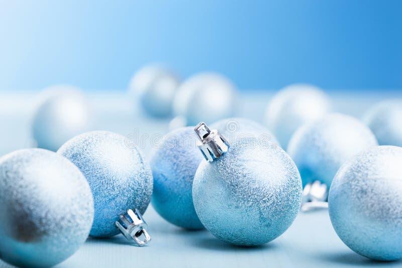 球蓝色圣诞节装饰 库存图片