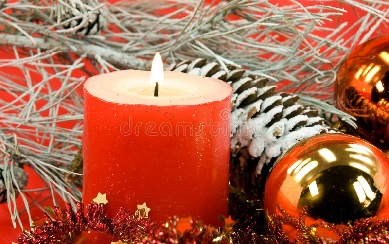 球蜡烛被点燃的圣诞节装饰 图库摄影