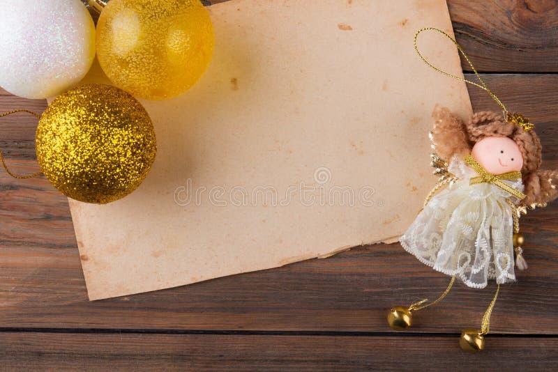 球装饰品和天使小雕象 免版税库存照片