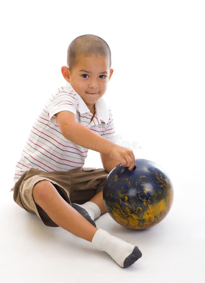 球逗人喜爱保龄球的男孩 库存图片