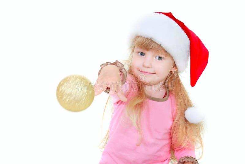 球逗人喜爱的女孩金帽子throing的圣诞老 免版税库存照片