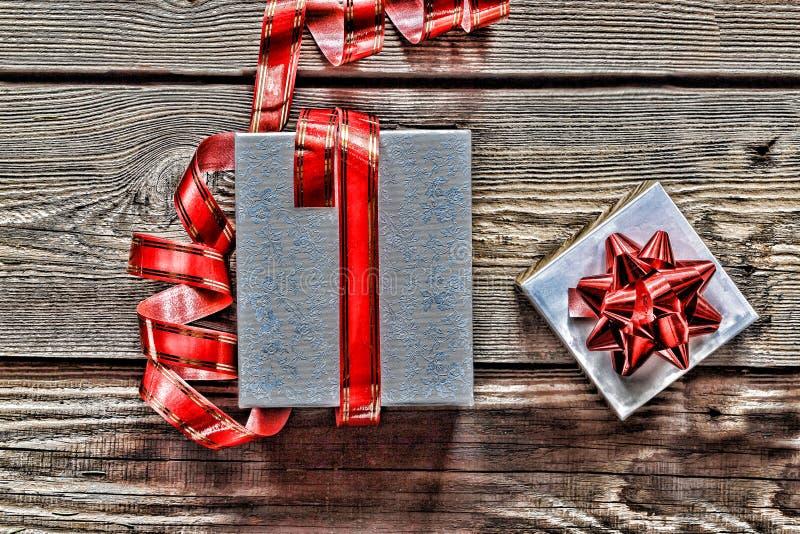 球配件箱分行圣诞节手摇铃装饰品 圣诞节装饰、礼物盒和诗歌选构筑概念背景,与拷贝空间的顶视图在木桌上 免版税库存图片