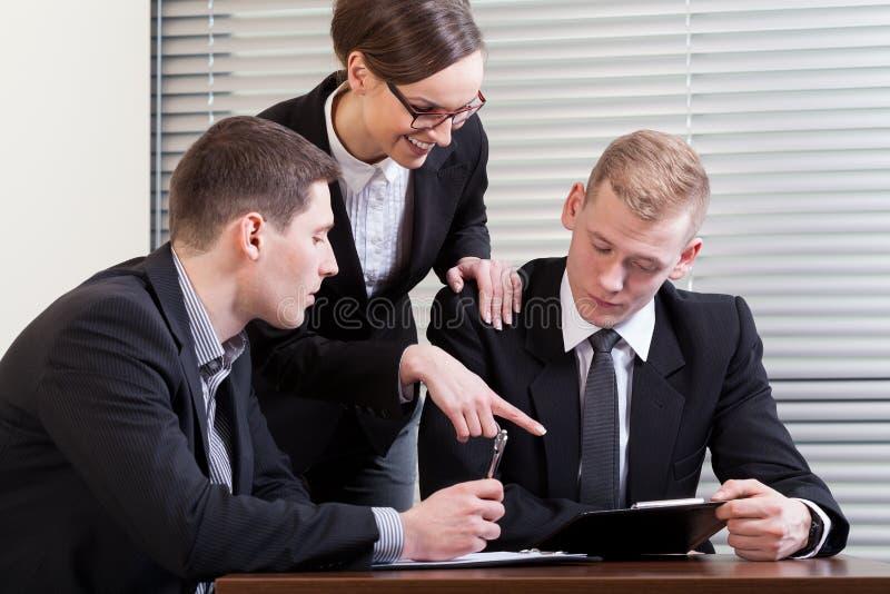 球队教练和工作者在工作期间 免版税库存照片