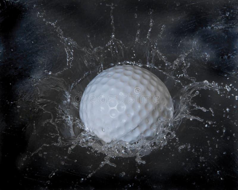 球高尔夫球飞溅 免版税图库摄影