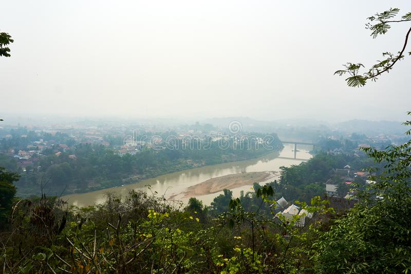 琅勃拉邦老挝4月14日 2019年:从登上Phou Si,Phu Si,高小山的看法在琅勃拉邦老镇的中心  免版税库存图片