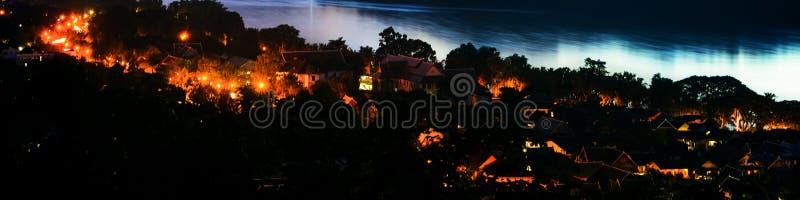 琅勃拉邦镇鸟瞰图在老挝 在小城市的夜 库存图片