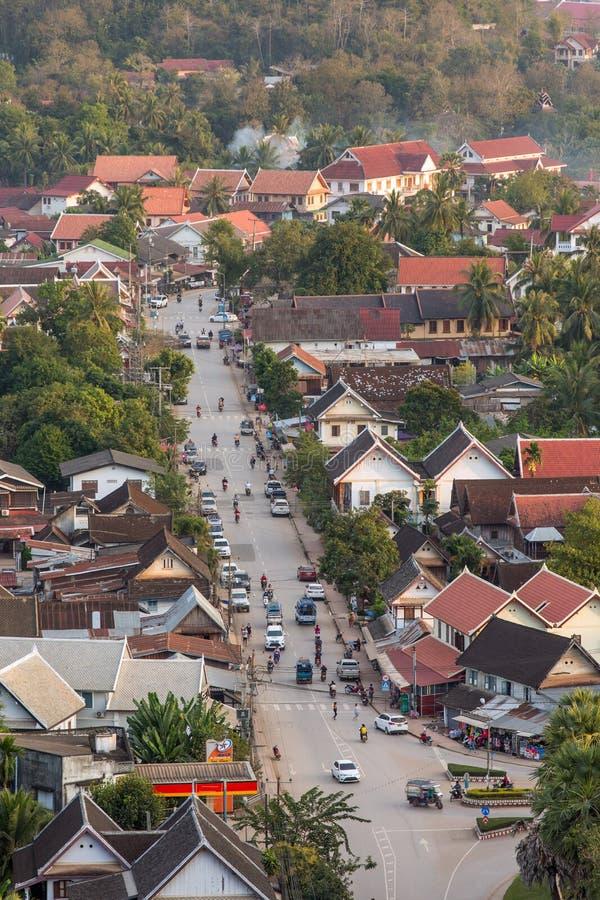 琅勃拉邦顶视图从Phousi山的在日落期间 免版税库存照片