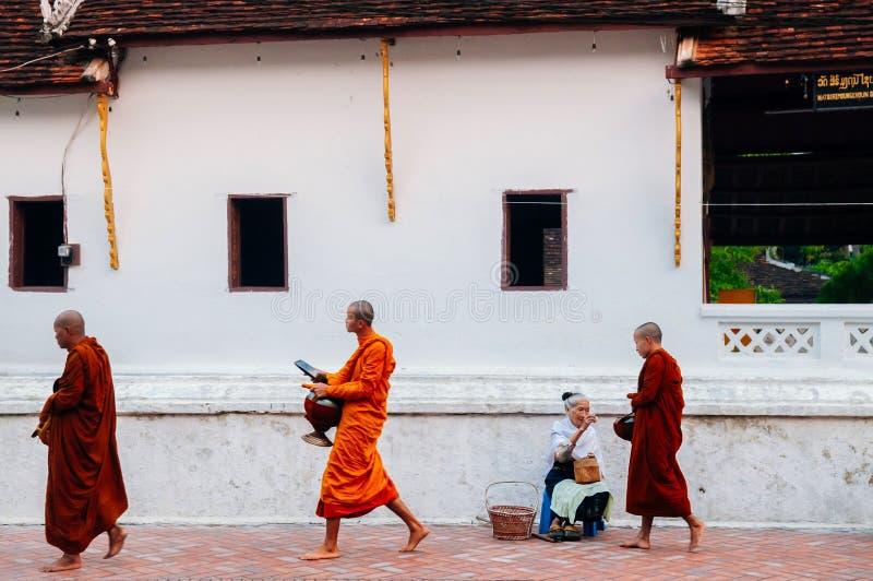 琅勃拉邦,老挝-传统救济仪式 图库摄影