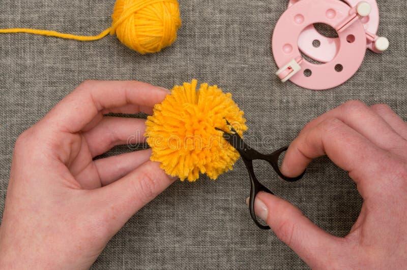 整理与螺纹剪刀的手黄色大型机关炮 免版税图库摄影