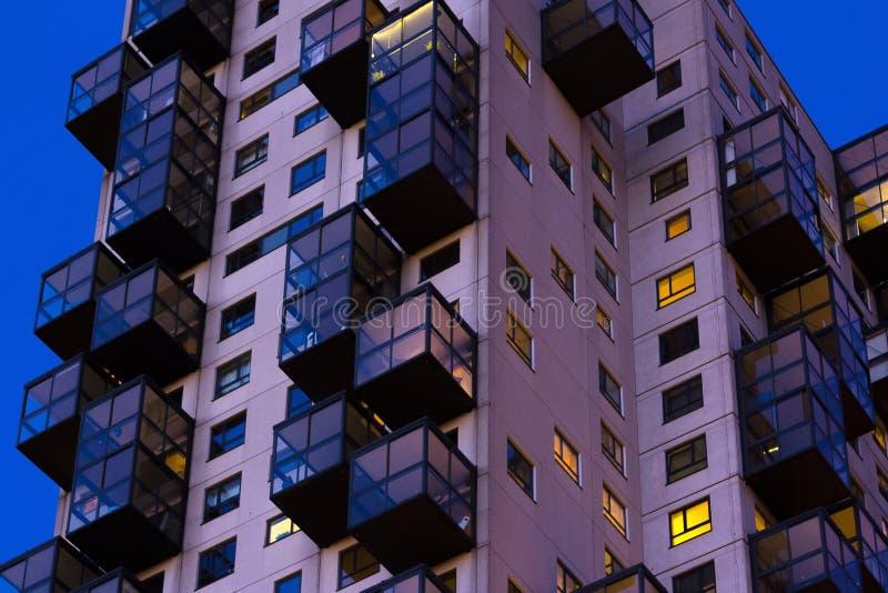 理事会公寓夜间看法  复杂楼i外部  免版税库存图片