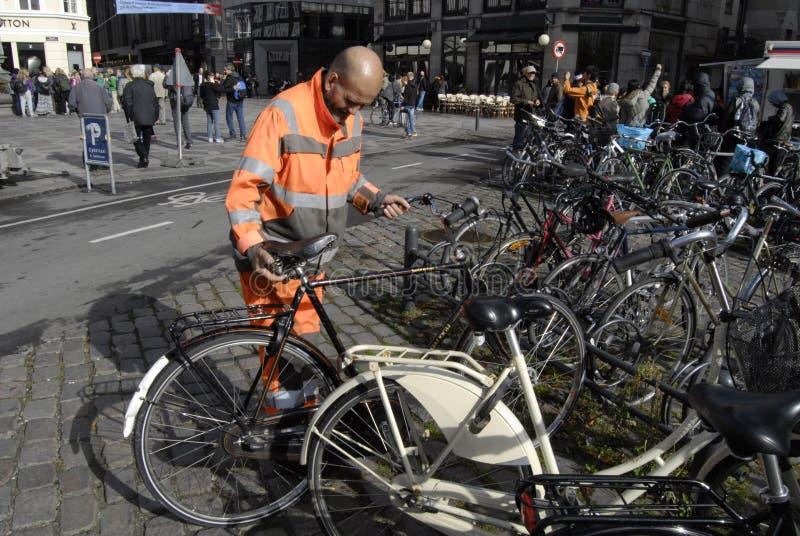 理事会工作者整理骑自行车 库存照片