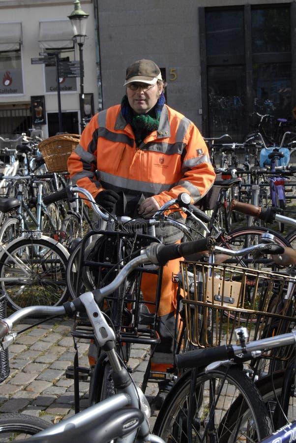 理事会工作者整理骑自行车 免版税库存照片