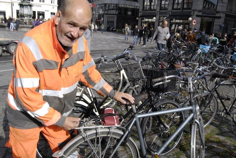 理事会工作者整理骑自行车 免版税库存图片