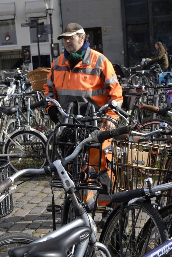 理事会工作者整理骑自行车 库存图片