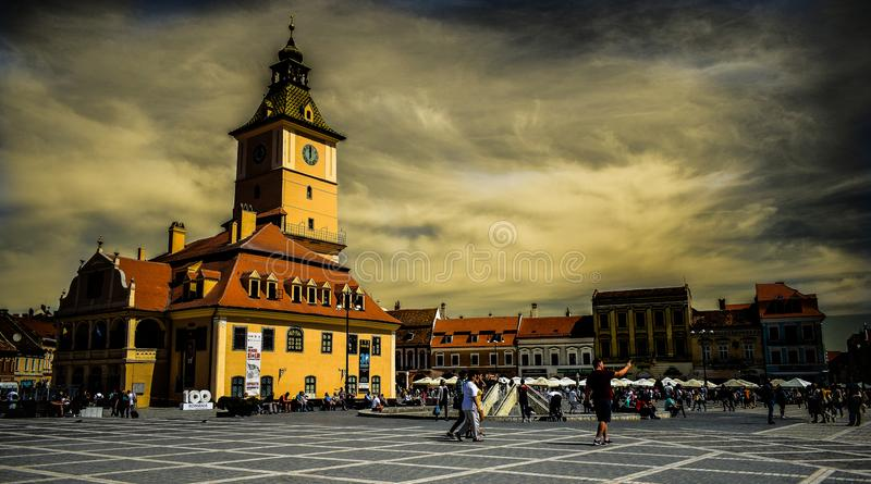 理事会金黄雄鹿节日国际性组织的罗马尼亚布拉索夫老市中心正方形家庭建议的议院 库存图片