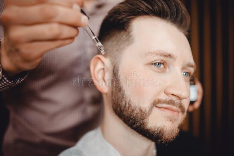 理发师做胡子,理发店关心和成长的油  免版税库存图片