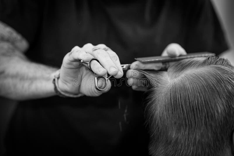 理发师在与完善的手位置一起使用 免版税库存图片