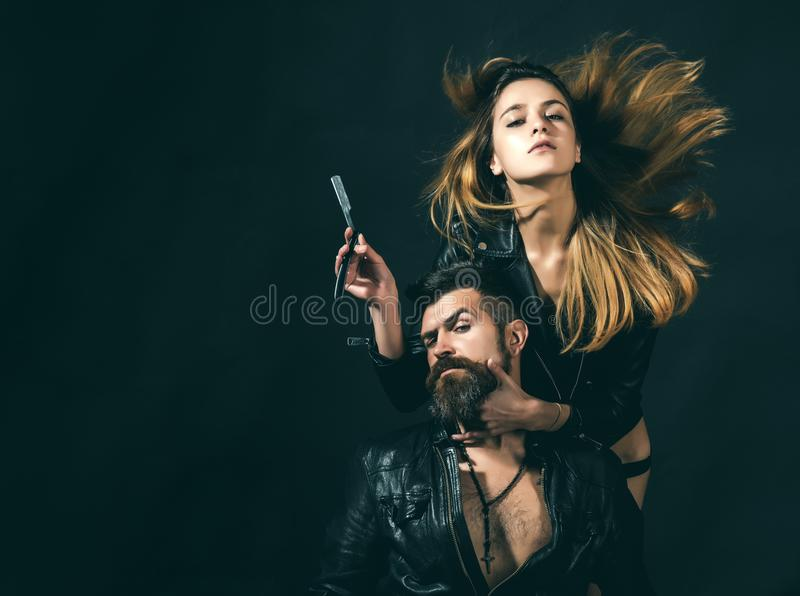 理发师概念 性感的女孩和残酷有胡子的行家夫妇有髭的,黑背景 有直接的理发师 免版税库存图片