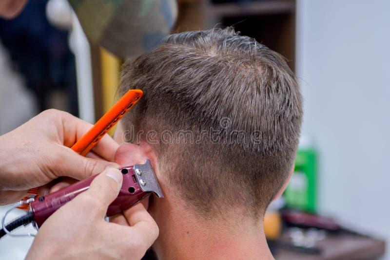 理发师男性理发在我们的天 免版税库存图片