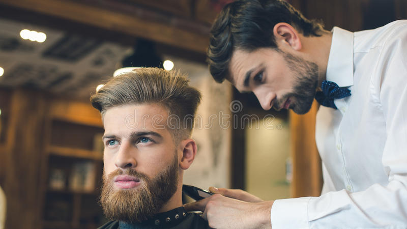 理发店护发服务概念的年轻人 库存照片