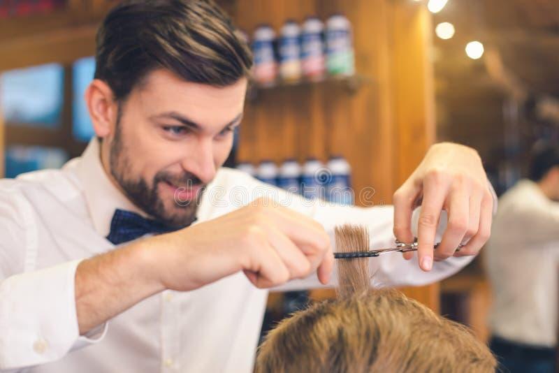 理发店护发服务概念的年轻人 库存图片