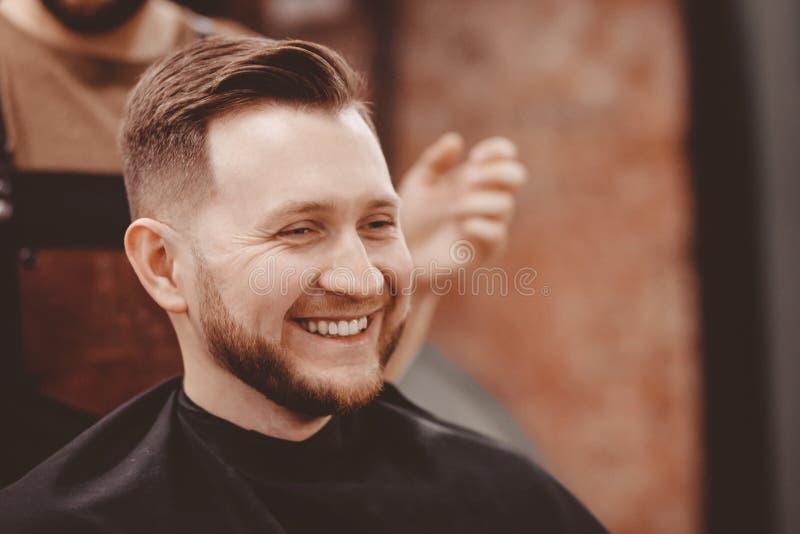 理发店横幅 理发椅的人,称呼他的头发的美发师 免版税库存照片