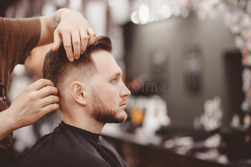 理发店横幅 理发椅的人,称呼他的头发的美发师 库存图片