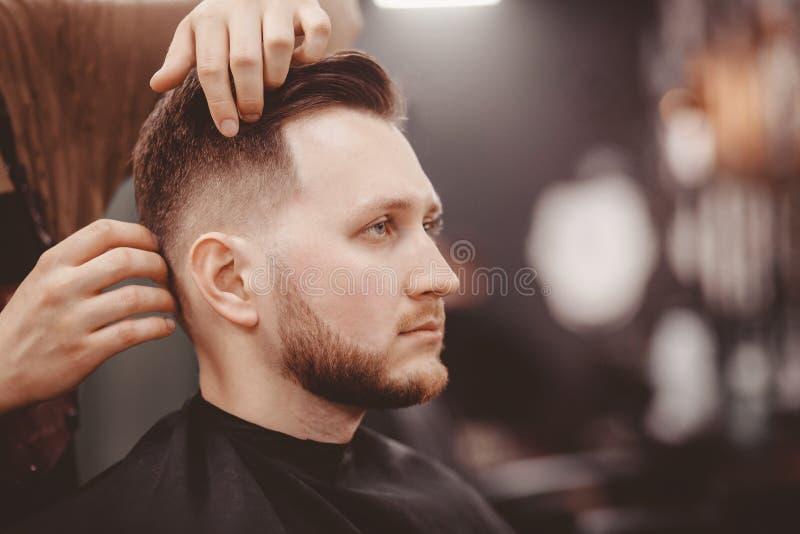 理发店横幅 理发椅的人,称呼他的头发的美发师 免版税库存图片