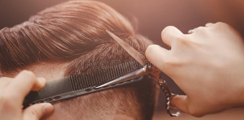 理发店横幅 理发椅的人,称呼他的头发的美发师 免版税图库摄影
