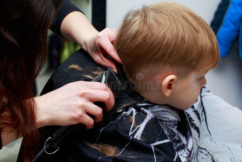 理发店的小男孩 库存照片