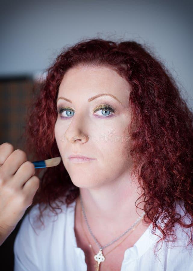 理发沙龙的红发可爱的女孩做专业构成 库存照片