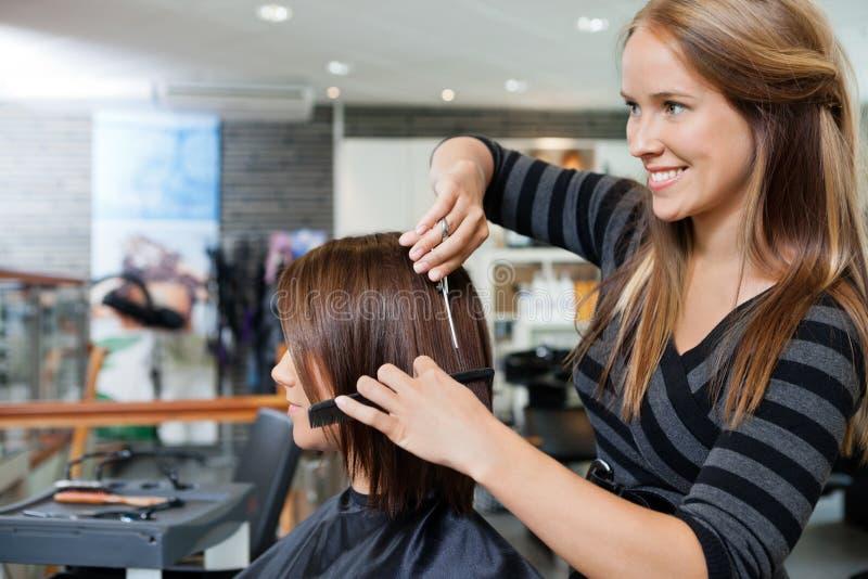 给理发的美发师妇女 免版税库存图片