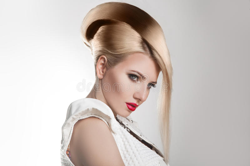 理发 美好的白肤金发的女孩头发理发发型健康短小 发型 免版税库存照片