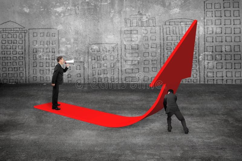 经理叫喊对向上推挤红色趋向3D箭头的商人 免版税库存图片