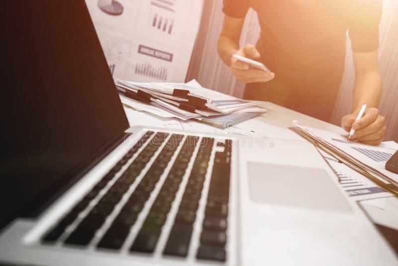 经理工作在办公室的,物产待售概念 免版税库存照片