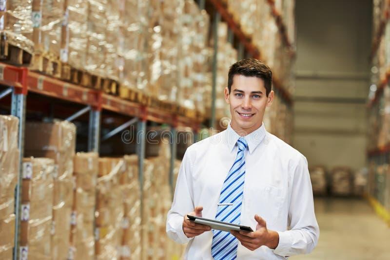 经理工作者在仓库里 免版税库存图片