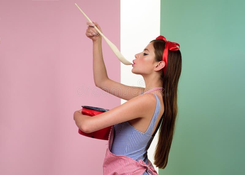 理想的主妇 妇女的别针有时髦构成的 葡萄酒样式的俏丽的女孩 烹调在厨房里的减速火箭的妇女 pinup 免版税图库摄影