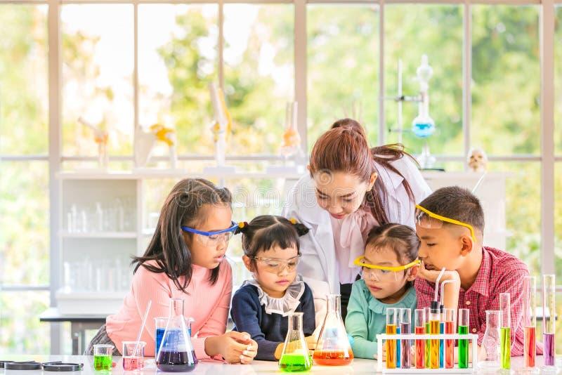 理科教员教学生在实验室屋子里 库存照片